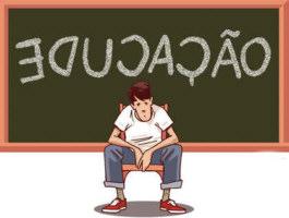 Inclusive - problemas na educação. A palavra educação escrita com as letras invertidas e um aluno desolado em frente ao quadro negro.