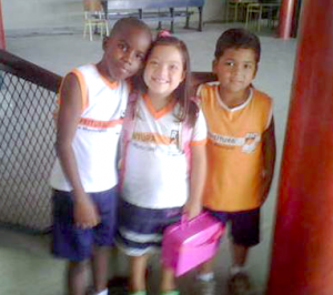 Dois alunos e uma aluna de escola municipal regular no Rio de Janeiro