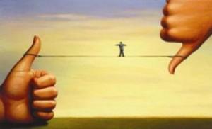 Inclusive - ética - uma pessoa equlibrando-se em fio extendido entre um dedo sinalizado positivo e outro negativo.