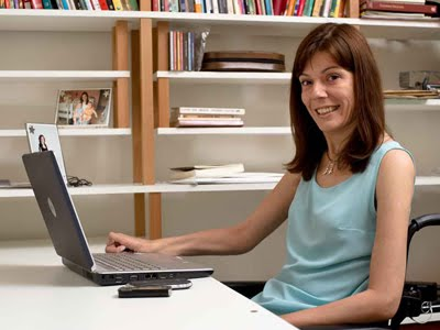 A reporter Flavia Cintra, com seu laptop