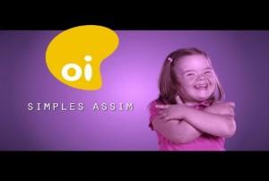 Menina com síndrome de Down com o logotipo da operadora Oi