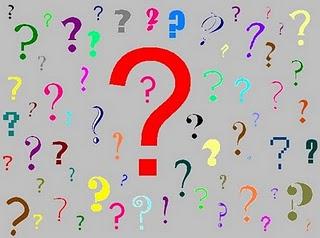 Vários pontos de interrogação de diversas cores e tamanhos sobre fundo cinza