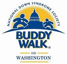 Logotipo da Buddy Walk on Washington - ilustracao em azul de duas pessoas andando em direção ao Capitólio, e um sol amarelo por trás - Inscrição National Down Syndrome Society