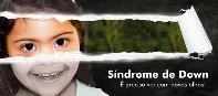 Uma menina com síndrome de Down em preto e branco é revelada como ao rasgar um cartaz