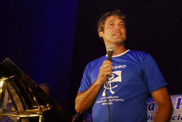 O senador Lindbergh Farias fala na iluminacao do Cristo de azul