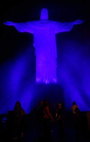 Cristo Redentor iluminado de azul