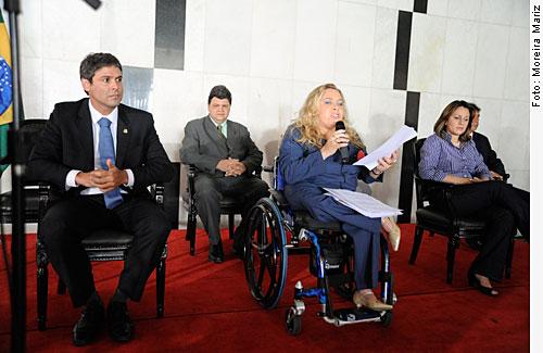 Deputada Rosinha da Adefal, fala ao lado do Senador Lindbergh Farias