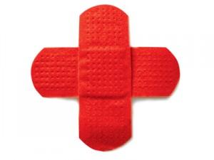 Saúde - uma cruz vermelha feita por band-aids vermelhos.
