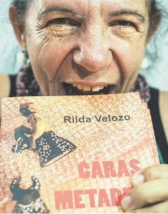 """Rilda finge morder com a boca aberta o seu livro """"Caras Metades"""""""