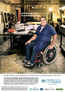Foto de homem cadeirante em oficina, vestindo jaleco azul, laptop em cima da mesa. Texto - Aprenda a usar novas ferramentas de trabalho - Inclusão Digital Muito Especial