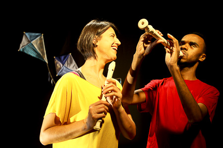 Dois flautistas tocam e deivertem-se juntos.