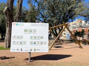 placa de comunicação em parque.