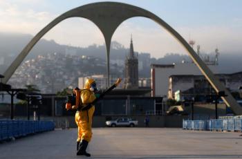 Agentes da Vigilancia Sanitária da Secretaria Municipal de Saúde do Rio de Janeiro fazem ação contra o mosquito Aedes aegypti, transmissor da dengue, Zika e Chikungunya, no  Sambódromo no centro da cidade nesta manhã de terça-feira (26).