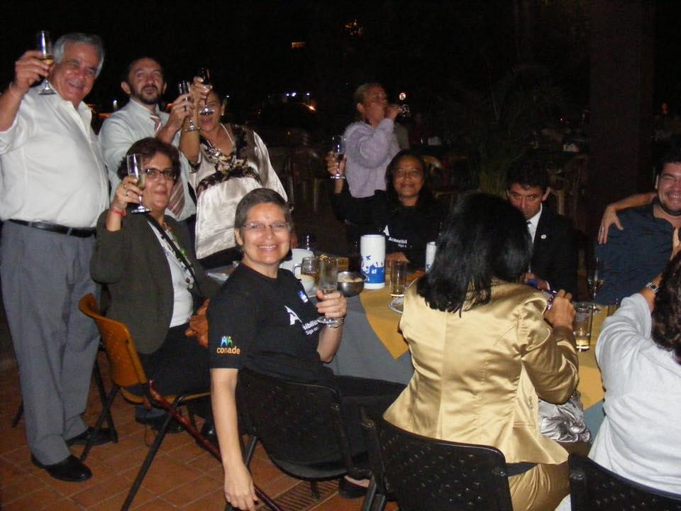 ativistas comemoram bebendo cerveja no bar.