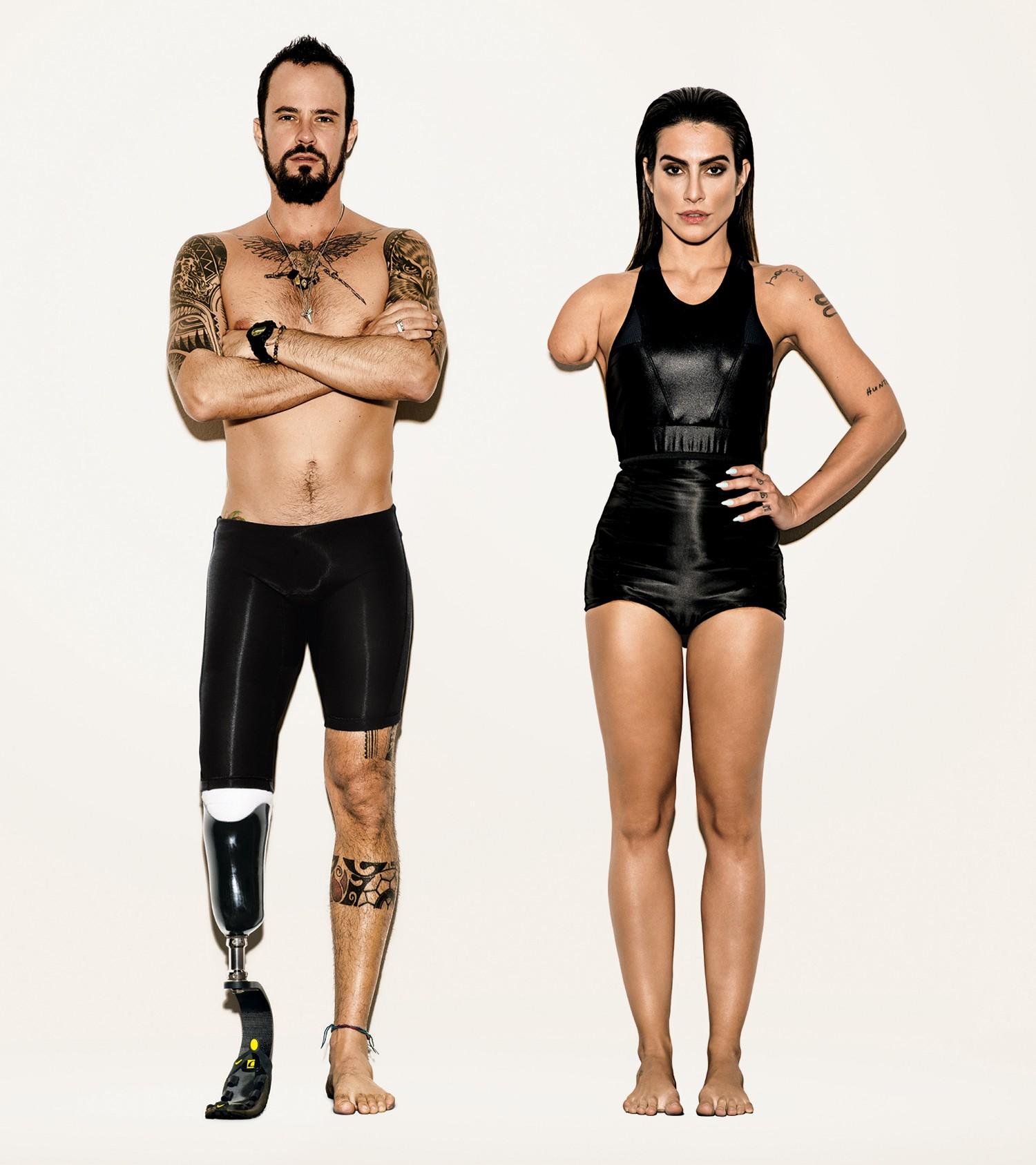 Foto dos atores Cleo Pires com o braco amputado e Paulo Vilhena com a perna amputada e uma prótese no lugar.