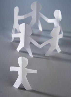 5 bonecos de papel fazem roda enquanto um boneco fica de fora.