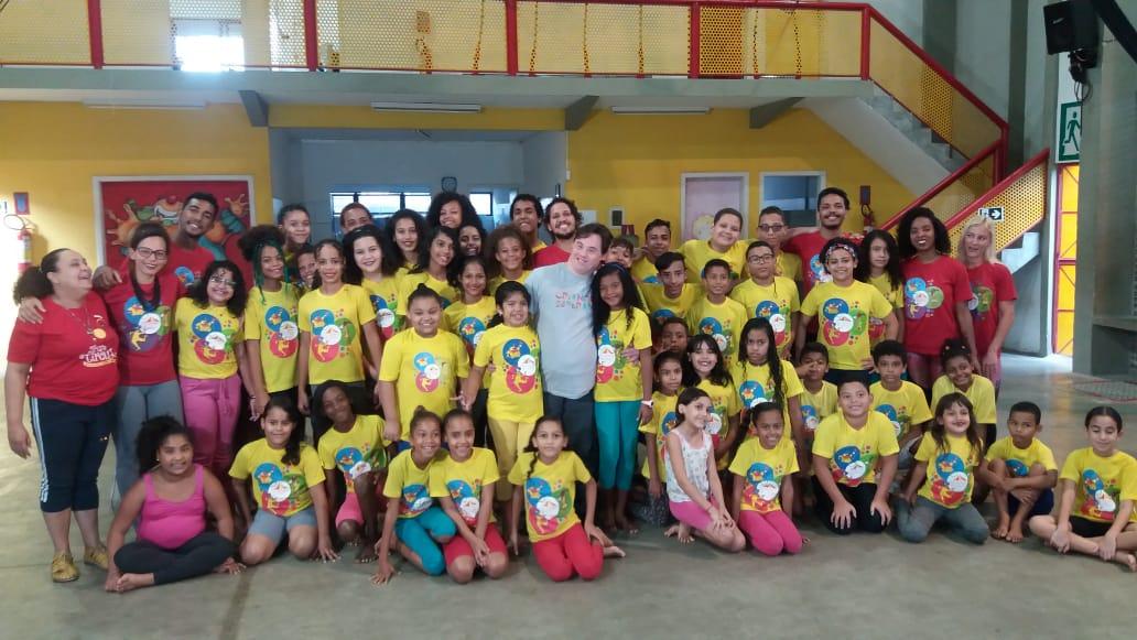 Ariel com grupo de jovens.
