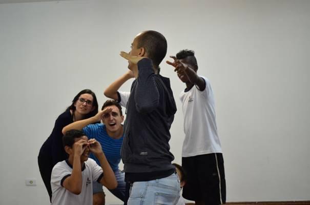 Atores e participantes encenam teatralmente.