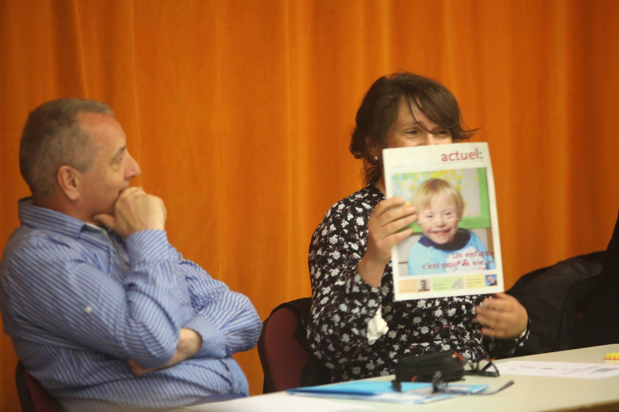participante mostra foto de menino com sindrome de down.