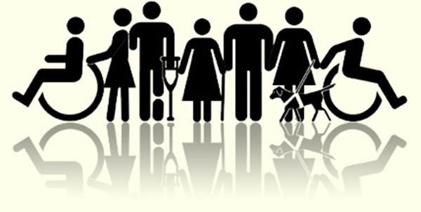 Ilustração com os pictogramas representando as deficiências. Uma pessoa cadeirante, uma muletante, uma pessoa cega usando bengala, uma mulher cega com cão guia e outro cadeirante no outro extremo da figura.