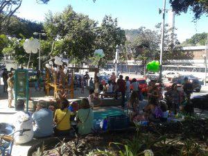 varias pessoas com baloes em praça.