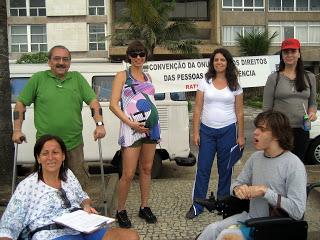 ativistas recoljem assinatura no rio.